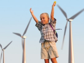 Kind vor Windturbine